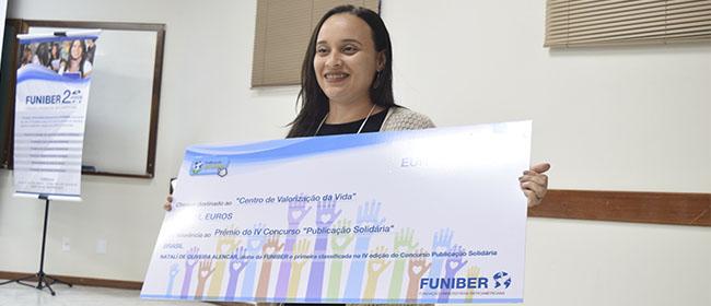 Natalí de Oliveira Alencar recoge el primer premio del concurso Publicación Solidaria IV en el III Encuentro de Educación